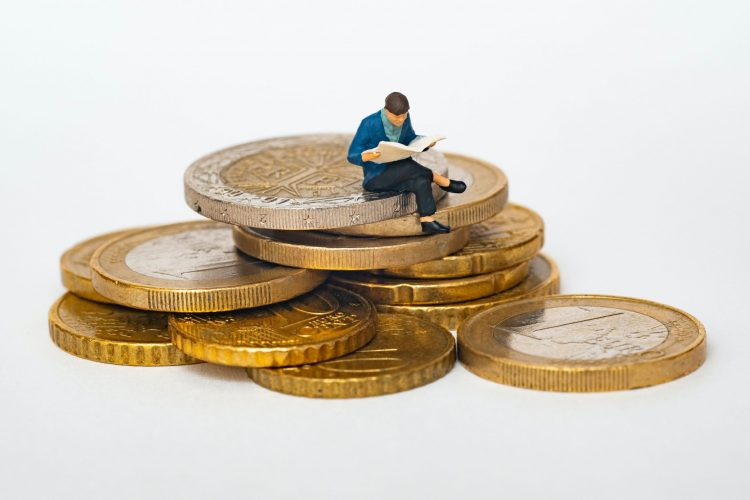How much does the average person have in savings UK?